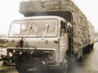 1971-73 Abel Werkman met zoon Harke, Hooilandseweg Roodeschool, Bedrijven parade met een vracht stro van de Eendracht.