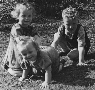 1. Anneke, Truus en Arnold van Dockum