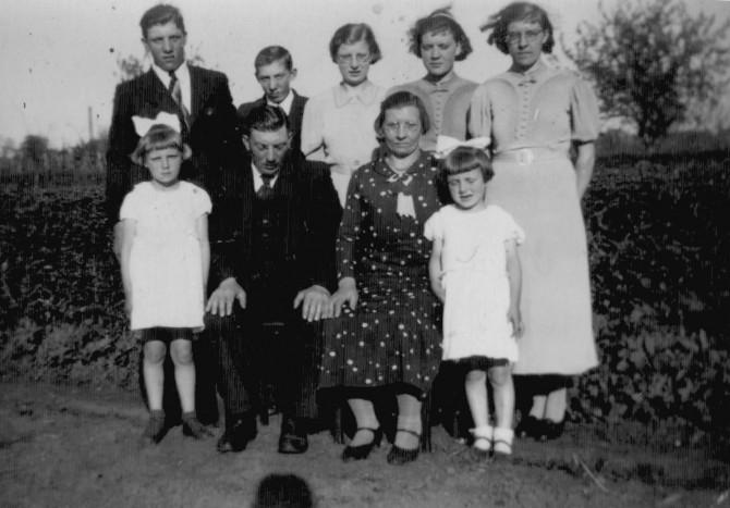 40.caa13.  Familie foto  achter het huis aan de Gaswijk te Oude Pekela.  1938