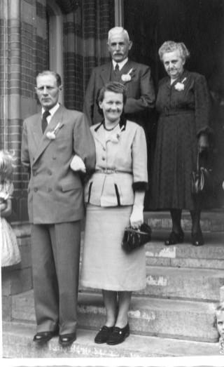 Ouders bij de trouwerij van de broer van Jan Grijze