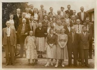 Uitje Hellendoorn 1957 (Hendrik Pieter Brinkema en zijn vrouw 4e rij, derde en vierde van links)