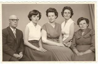 echtpaar Douma met dochters, middelste mevrouw Schuiling-Douma