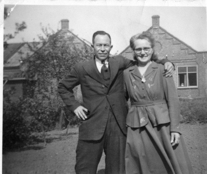 Bastiaan en Grietje Niewold staand in de achtertuin van Oosthofflaan 5